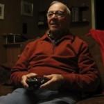 初めてゲームに挑戦した84歳のじいちゃんがむちゃくちゃ可愛い!