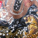 【和柄服-スカジャンの選び方】決め手は直感!龍虎刺繍・桜吹雪の赤色スカジャン購入!